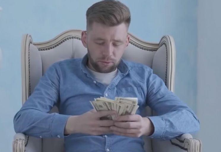 월스트리트저널이 10만 달러 가량의 연봉을 받는 미국의 한 변호사가 한 달에 75달러로 생활하며 절약하는 사례를 소개해 화제가 됐습니다. 그렇게 절약해서 조기 은퇴하는 것이 목표인 사람들을 '파이어족'이라고 합니다. [사진=유튜브 화면캡처].