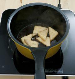 4. 유부는 끓는 물에 살짝 데쳐 간장과 맛술을 넣어 졸인다.