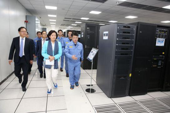 박영선 중소벤처기업부 장관(앞줄 가운데)이 18일 포스코 포항제철소 '스마트 데이터 센터'를 둘러보고 있다.