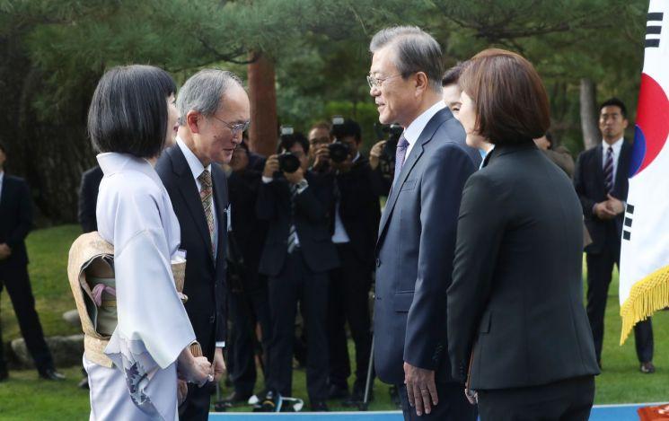 문재인 대통령이 18일 오후 청와대 녹지원에서 열린 주한외교단 초청 리셉션에서 나가미네 야스마사 주한일본대사(왼쪽 두번째)와 인사하고 있다.  사진=연합뉴스