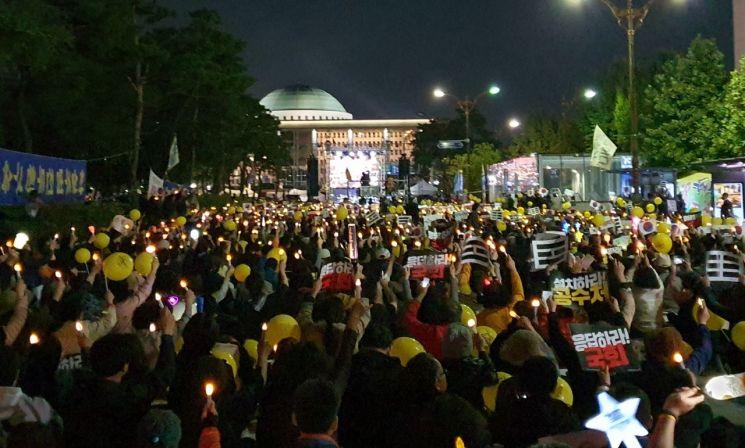 19일 오후 서울 영등포구 국회의사당 앞에서 열린 검찰개혁 10번째 촛불문화제에서 참가자들이 검찰 개혁을 촉구하는 구호를 외치고 있다. (사진=이승진 기자)