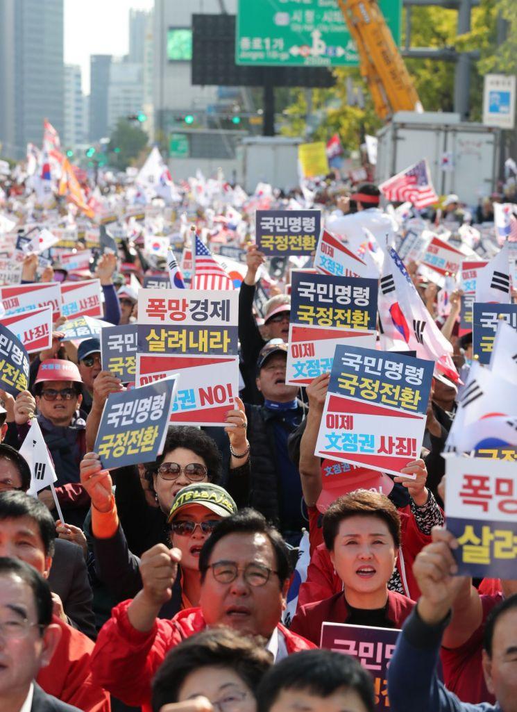 19일 오후 서울 광화문광장에서 열린 자유한국당 '국정대전환 촉구 국민보고대회'에서 자유한국당 당원들이 구호를 외치고 있다. (사진=연합뉴스)