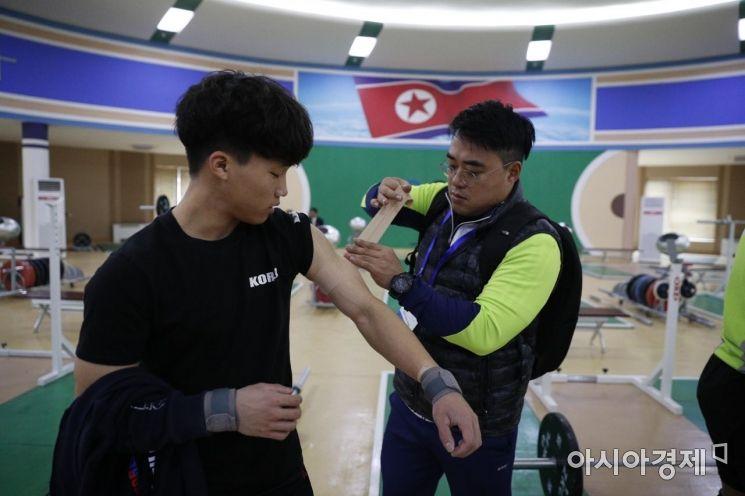 [포토]평양 청춘가역도전용경기장서 훈련 나선 남측 선수단