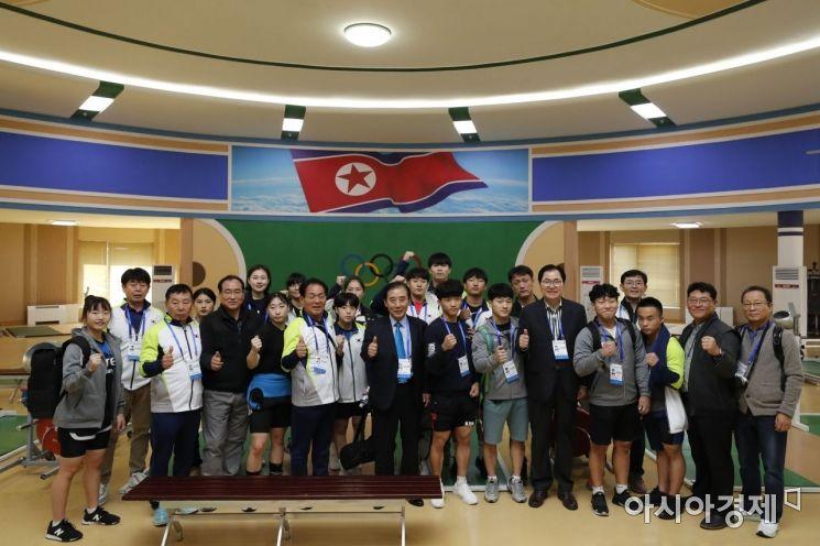 [포토]평양 청춘가역도전용경기장서 훈련 마친 남측 선수단