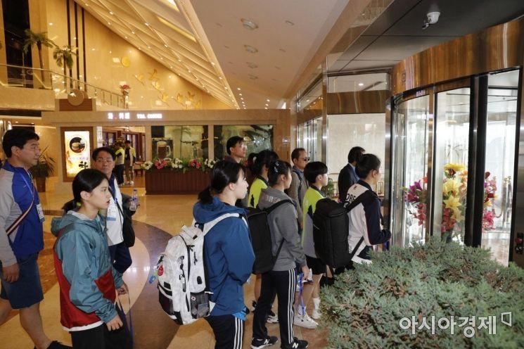 [포토]북한 양각도 국제호텔 나서는 선수단