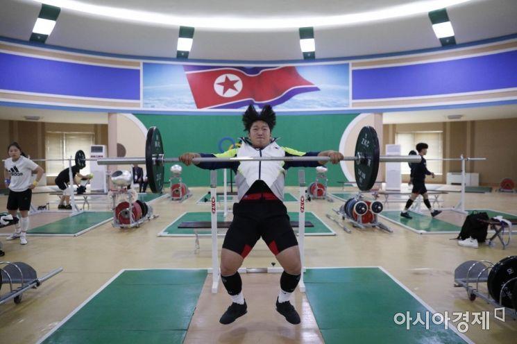 [포토]북한 역도전용경기장서 연습하는 유동현 선수