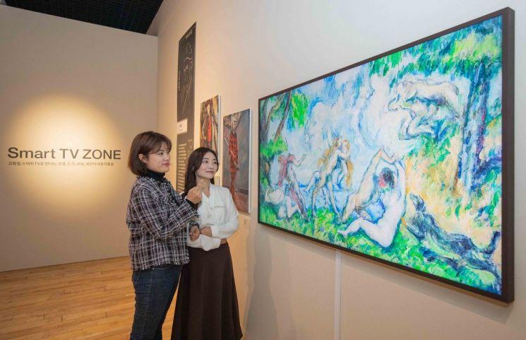 삼성전자는 10월 18일부터 내년 2월 7일까지 제주도립미술관에서 열리는 '프렌치 모던: 모네에서 마티스까지, 1850~1950'전시회에 참여한다. 관람객들이 삼성 라이프스타일 TV '더 프레임(The Frame)'을 통해 유럽 모더니즘 화가들의 작품을 관람하고 있다.
