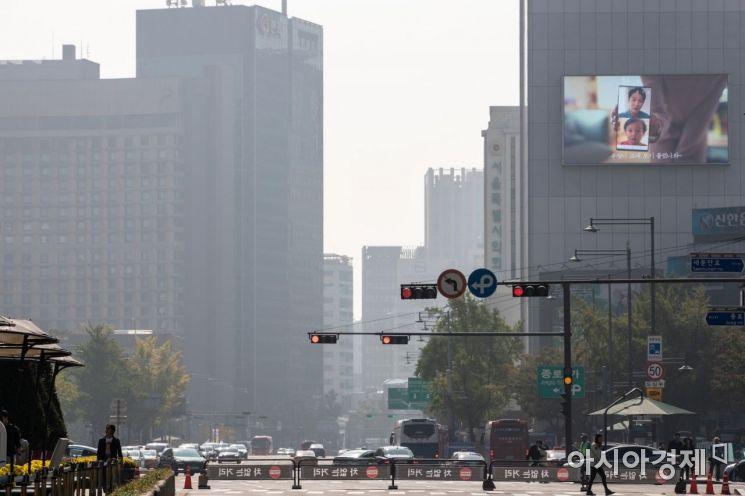 20일 서울 종로구 세종로에서 바라본 도심에 미세먼지를 동반한 옅은 안개가 끼어 있다./강진형 기자aymsdream@