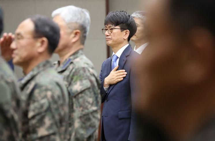 박재민 국방부 차관(가운데)이 지난 5월24일 오전 서울 용산구 국방부 대회의실에서 열린 제43대 국방부 차관 취임식에서 국민의례를 하고 있다.(사진=연합뉴스)