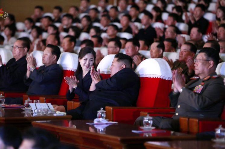 김정은 북한 국무위원장이 지난 6월 2일 제2기 제7차 군인가족예술소조경연에서 당선된 군부대들의 군인가족예술조조경연을 관람했다고 조선중앙TV가 다음날인 3일 보도했다. 사진은 중앙TV가 공개한 것으로, 김 위원장이 부인 리설주 여사와 공연을 관람하며 대화를 나누고 있는 모습.