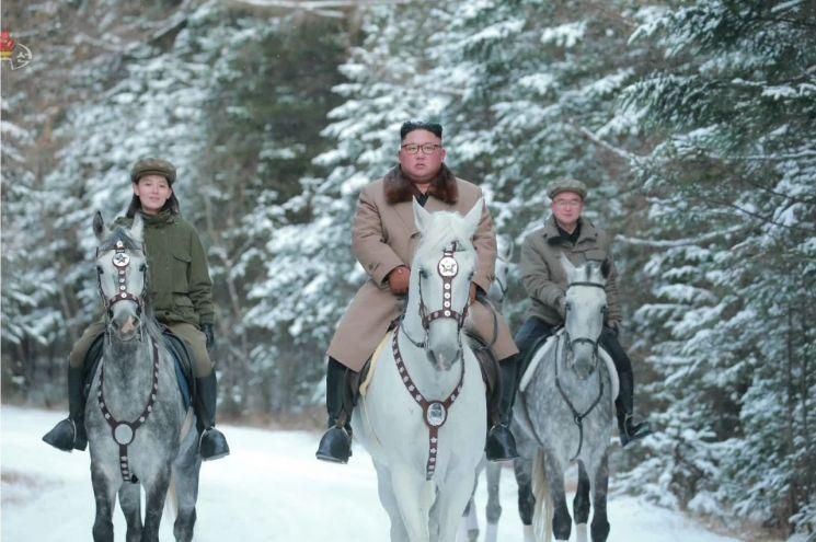 김정은 북한 국무위원장이 백마를 타고 백두산에 올랐다고 조선중앙TV가 지난 16일 보도했다. 이날 중앙TV가 공개한 사진으로, 김정은 위원장이 김여정(왼쪽)·조용원(오른쪽) 노동당 제1부부장과 함께 말을 타고 있다.