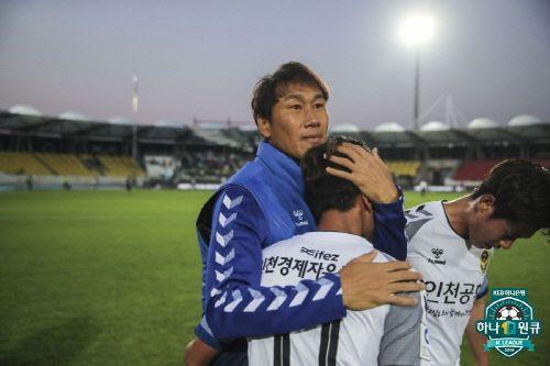 유상철 감독이 지난 19일 K리그1 성남전에서 1-0 승리를 거둔 뒤 선수들을 끌어안고 있다. 사진=한국프로축구연맹