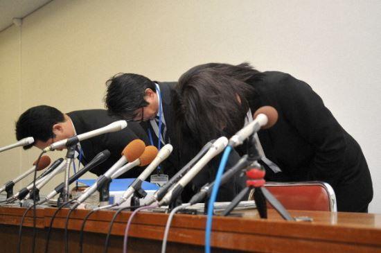 사과하는 가해교사들./사진=마이니치 신문 화면 캡처