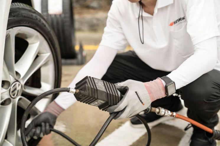 한국타이어 직원이 타이어 안전점검을 진행하고 있다. 사진은 기사 특정 표현과 무관함. [사진제공 = 한국타이어앤테크놀로지]