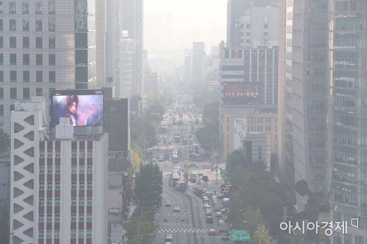 수도권에 미세먼지 예비저감조치가 시행된 21일 서울시교육청에서 바라본 도심이 뿌옇다. /문호남 기자 munonam@