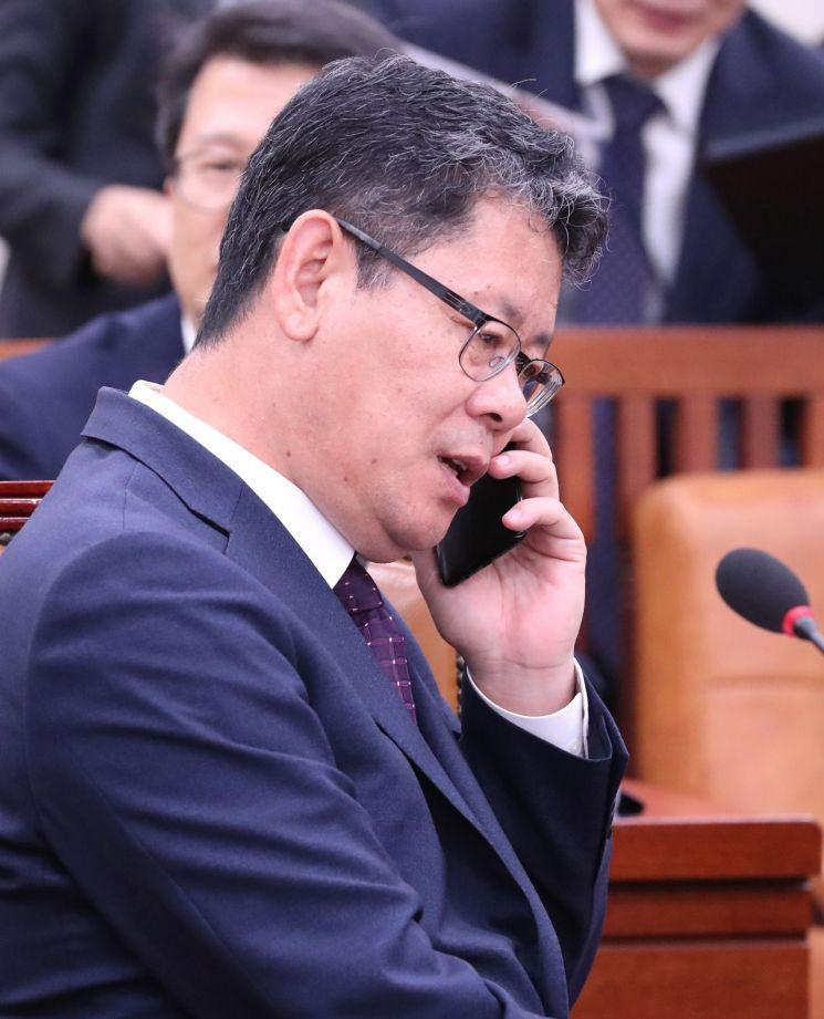 김연철 통일부 장관이 17일 오후 국회에서 열린 외교통일위원회 국정감사에 참석해 전화를 받고 있다. <사진=연합뉴스>