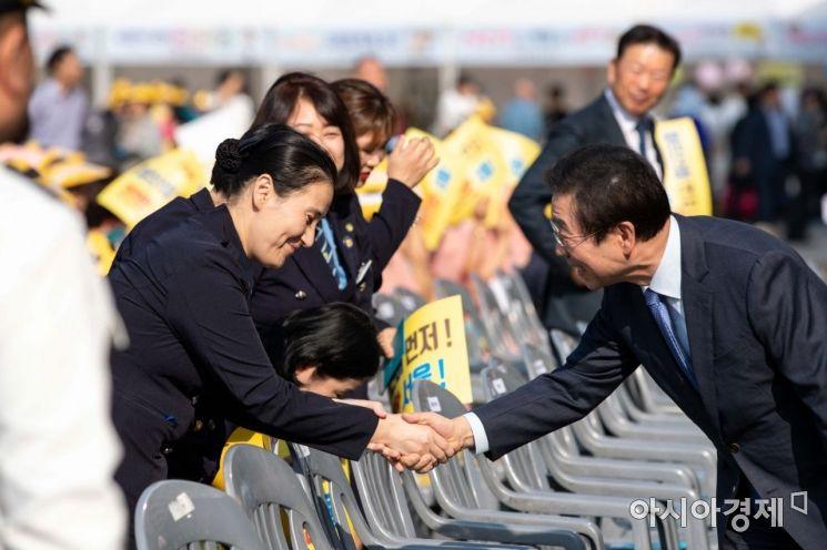 [포토]참가자들과 악수하는 박원순 서울시장
