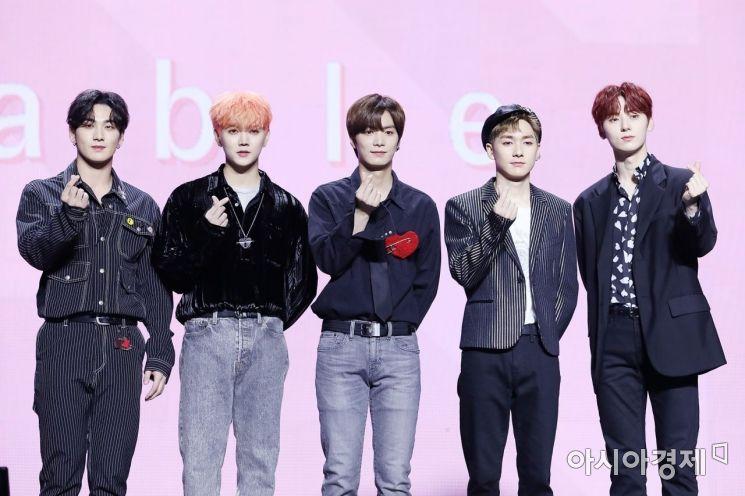 뉴이스트의 백호, 렌, JR, 아론, 민현.
