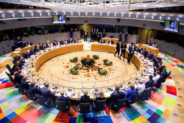 지난 17일(현지시간) 벨기에 브뤼셀에서 유럽연합(EU) 정상회의가 열리고 있다. 각국 정상들은 이날 EU와 영국 간의 브렉시트(영국의 EU 탈퇴) 합의안 초안을 만장일치로 승인했다. (사진=연합뉴스)