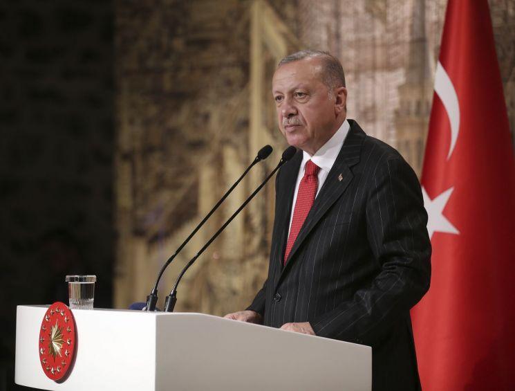 """레제프 타이이프 에르도안 터키 대통령이 지난 18일(현지시간) 이스탄불에서 외신기자들을 상대로 기자회견을 하고 있다. 에르도안 대통령은 시리아 북동부에서 5일간 군사작전을 중단하기로 미국과 합의한 지 하루 만인 이날 기자들과 만나 """"휴전 조건이 완전히 이행되지 않으면 작전을 재개할 것""""이라고 밝혔다. (사진=연합뉴스)"""