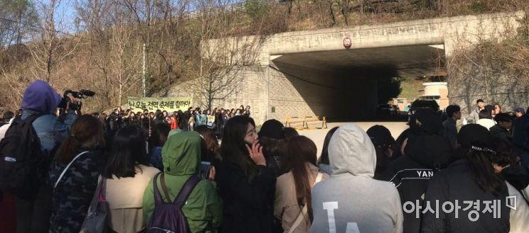 지난 4월 27일 배우 지창욱의 전역 당시 강원 철원군에 위치한 육군 5포병여단 앞에 수백명의 팬이 운집해 있다. 사진=독자 제공