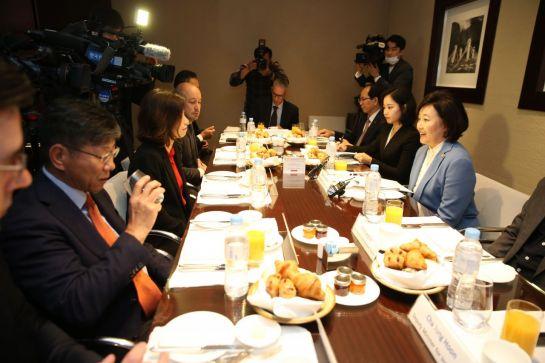 박영선 중소벤처기업부 장관과 유럽기업들의 한국 지사장들이 22일 서울 용산 그랜드하얏트호텔에서 열린 간담회에서 이야기를 하고 있다.