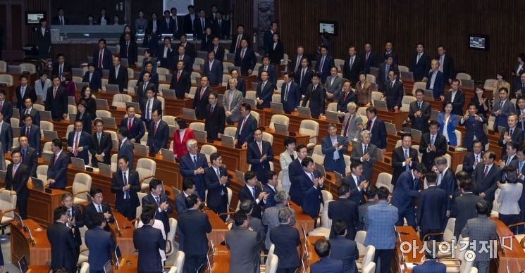 [포토] 본회의장 들어서는 문재인 대통령
