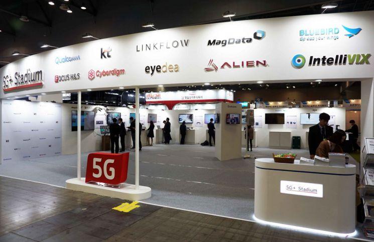 퀄컴은 22일 '한국산업대전 2019'의 부대 행사로 개최된 '머신소프트 2019'에 참가해 '5G 스타디움'을 열고 국내 중소기업들과 함께 다양한 5G 스마트팩토리 및 IoT 협력 사례를 선보였다.  감사합니다.