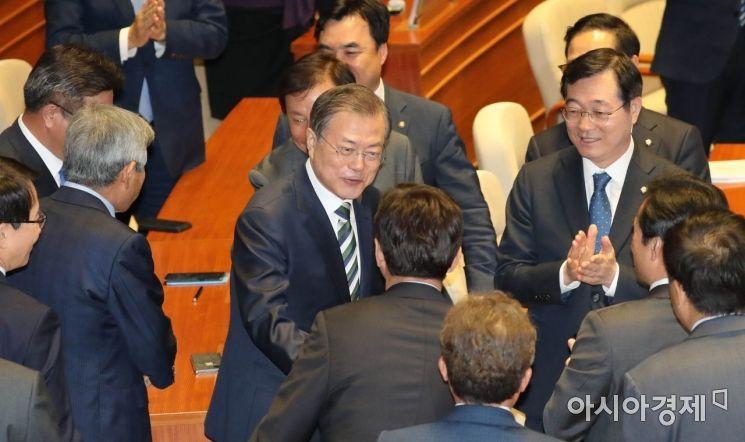 [포토] 의원들과 인사 나누는 문재인 대통령