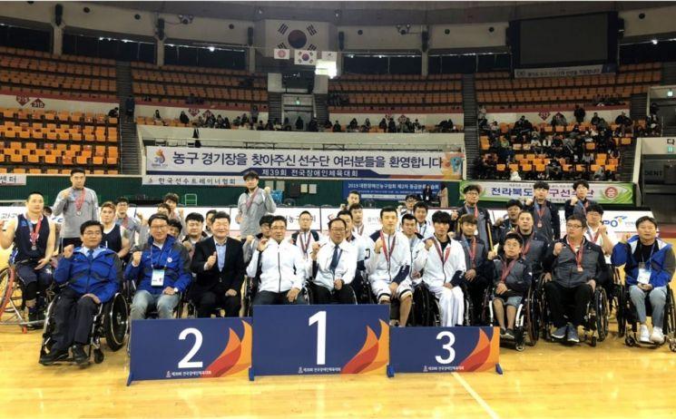 전국장애인체육대회 남자 휠체어농구에서 입상한 팀들이 기념사진(왼쪽부터 2위 경기, 1위 서울, 3위 제주)을 찍고 있다
