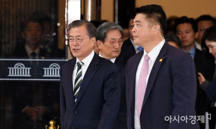[포토] 본회의장 나서는 문재인 대통령