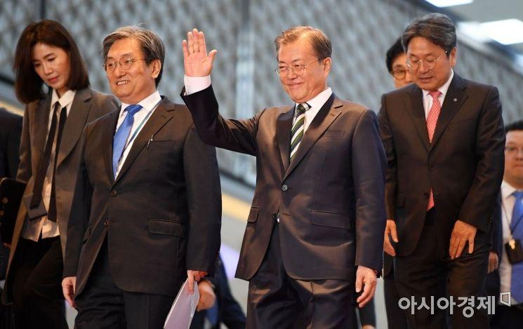 [포토] 손 흔드는 문재인 대통령