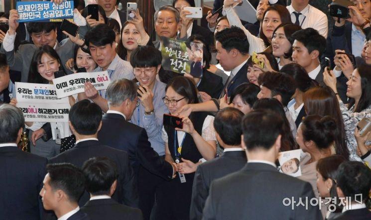 [포토] 환영받는 문재인 대통령