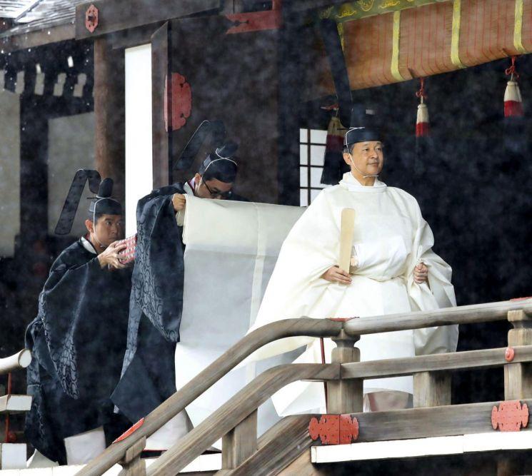 나루히토 일왕이 22일 오전 9시부터 도쿄 내 일왕 거처인 고쿄의 규츄산덴에서 즉위를 고하는 의식을 진행하고 있다. [이미지출처=AP연합뉴스]