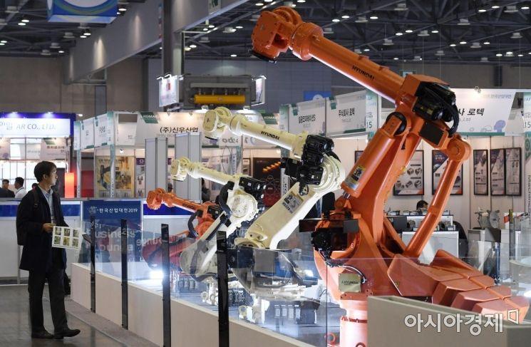 [포토] 산업용 로봇 살펴보는 방문객