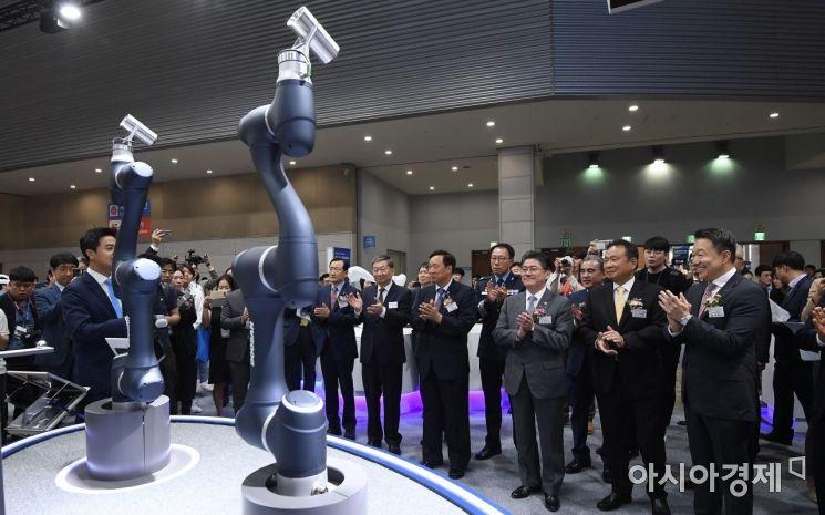 [포토] 두산로보틱스의 신제품 런칭 지켜보는 정승일