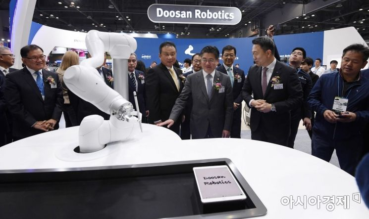 [포토] 드로잉 로봇 살펴보는 정승일 차관