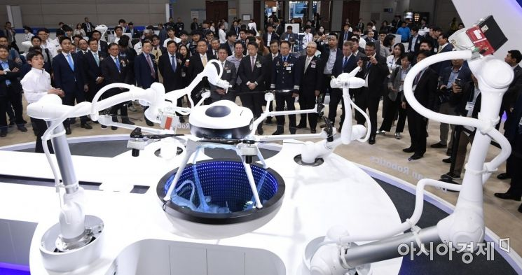 [포토] 5개의 협동 로봇이 조립한 수소 드론