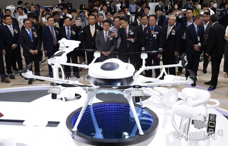 [포토] 산업용 수소 드론 살펴보는 참석자들