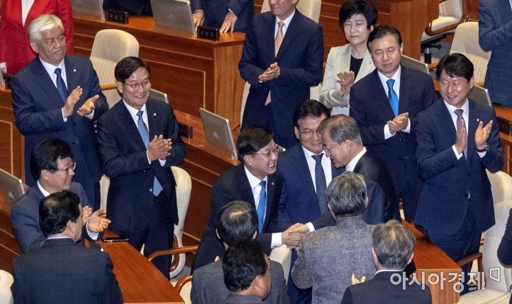[포토] 인사 나누는 문재인 대통령·강병원 의원