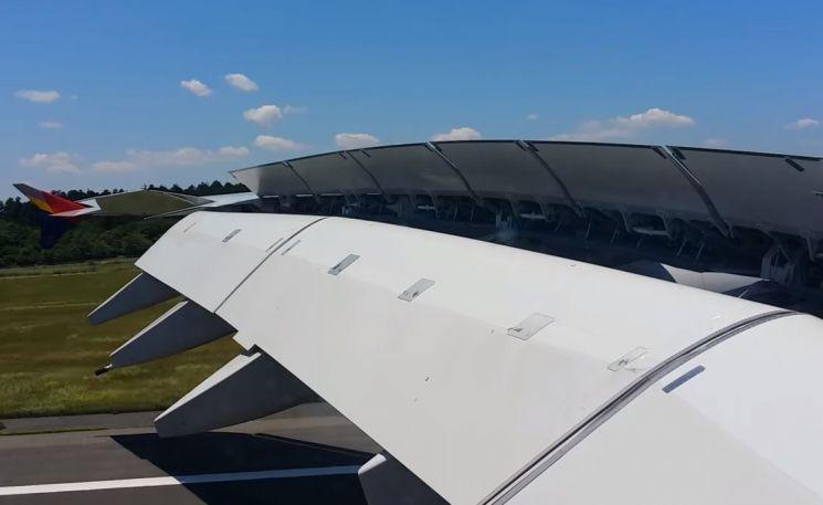 대형 여객기가 착륙 후 날개의 스포일러를 올려 공기 저항을 이용해 제동력을 높이는 모습. [사진=유튜브 화면캡처]