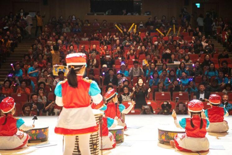 지난해 11월 용산아트홀 대극장에서 열린 '1·3세대 어울림 한마당'에서 아동들이 공연을 하고 있다.