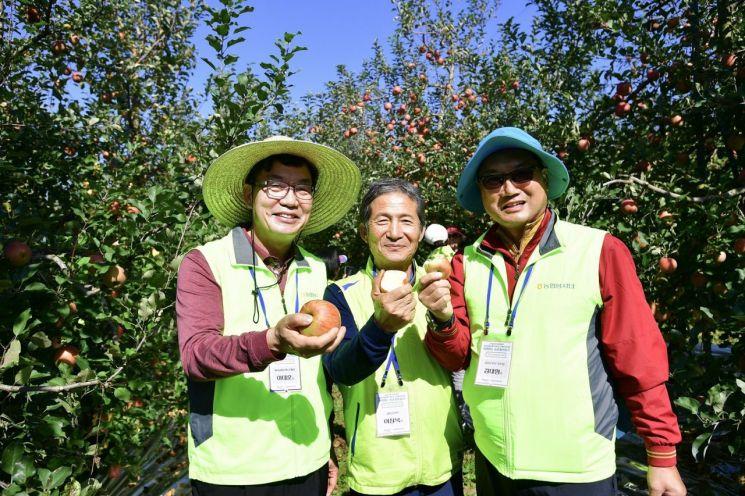 이대훈 NH농협은행장(왼쪽)과 최우수고객들이 22일 전라남도 곡성에서 사과 수확 등을 진행하고 기념촬영을 하고 있다. 사진=농협은행 제공