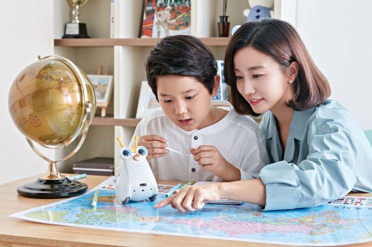 SK텔레콤은 인공지능 '누구(NUGU)'를 탑재해 더욱 스마트해진 교육용 코딩로봇 '알버트AI(Albert AI)'를 출시한다고 23일 밝혔다.