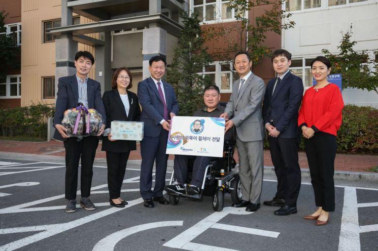 한국교통안전공단-만도, 교통사고 피해 장애인에게 휠체어 전달