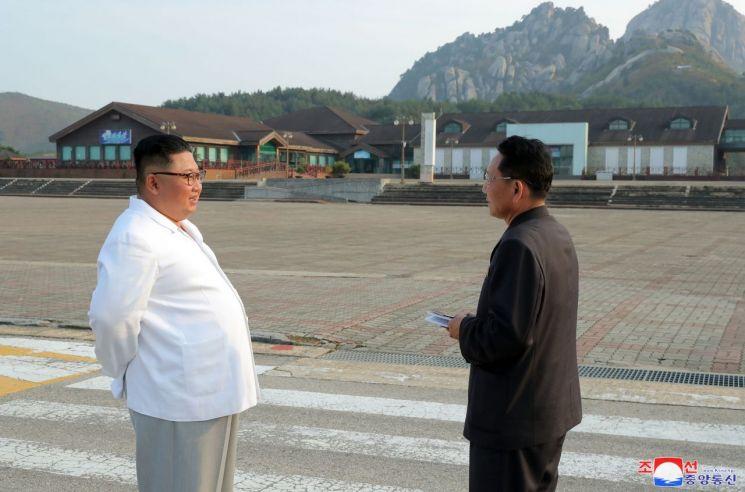 김정은 북한 국무위원장이 금강산 관광지구를 현지 지도하고 금강산에 설치된 남측 시설 철거를 지시했다고 조선중앙통신이 23일 보도했다.