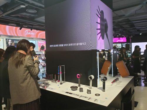세포라 글로벌 지사 중 한국에서 최초로 도입한 '다이슨 헤어 스타일링 바'. 자유롭게 제품을 테스트해보거나 뷰티 어드바이저로부터 헤어 스타일링 팁을 들을 수 있다.