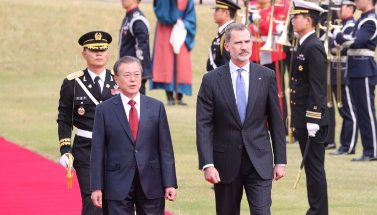 문재인 대통령과 펠리페 6세 스페인 국왕이 23일 오후 청와대에서 열린 공식환영식 행사 중 의장대를 사열하고 있다. 사진=연합뉴스