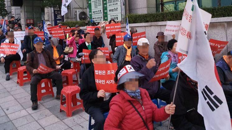 보수성향 단체 자유연대가 23일 오후 서울중앙지법 앞에서 정경심 교수에 대한 구속을 촉구하는 집회를 열었다.