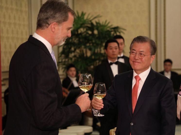 문재인 대통령과 펠리페 6세 스페인 국왕이 23일 청와대에서 환영만찬 중 건배를 하고 있다. [이미지출처=연합뉴스]